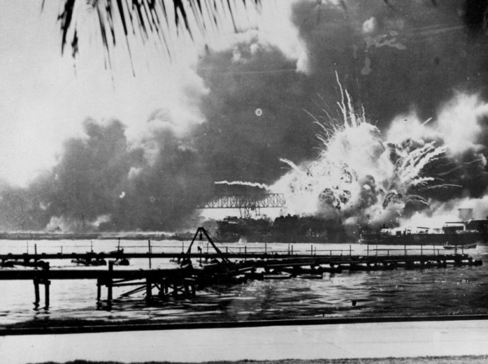 the-destroyer-shaw-explodes-during-the-japanese-attack