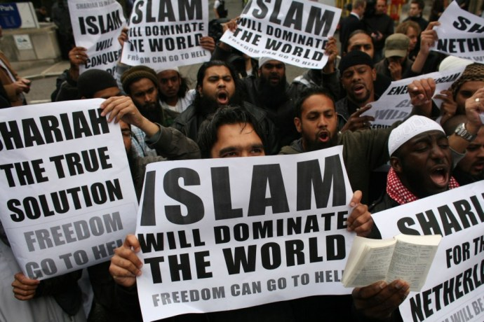 muslims-carrying-banners-declaring-islam-will-dominate-the-world-protest-at-the-visit-of-mr-wilders-to-the-uk