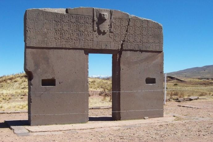 1280px-Zonnepoort_tiwanaku-768x512